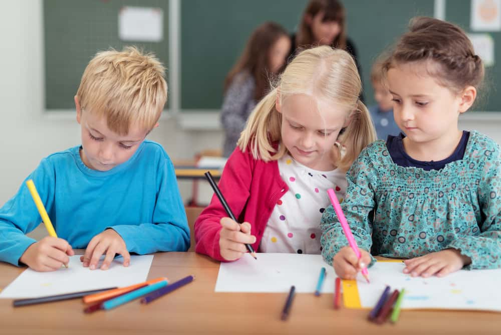 در مدارس کانادا، دختران وضع درسی بهتری دارند یا پسرها ؟